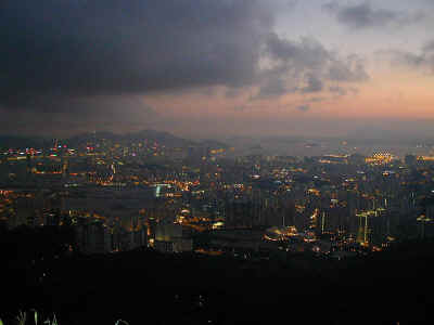 Hong Kong at night.jpg (67657 bytes)