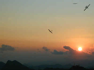 Soaring with beautiful sunset (21158 bytes)